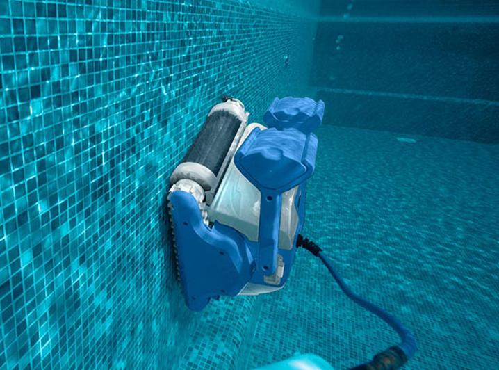 Limpiafondos para piscina limpiando